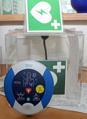 Mehrere Defibrillatoren sind in den Einrichtungen des Kreises platziert. (Foto: OBK)