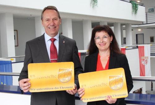 """Landrat Jochen Hagt und Sylvia Asmussen (Leiterin der Abteilung """"Unterstützung des Ehrenamts"""") werben für die Ehrenamtskarte. (Foto: OBK)"""