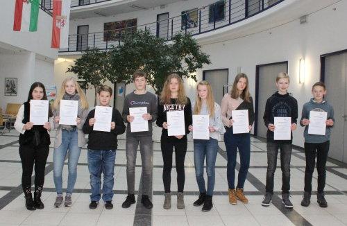 Am Ende des Tages erhielten alle Schülerinnen und Schüler, die einen Tag in die Kreisverwaltung geschnuppert haben, ein Zertifikat (Foto: OBK).