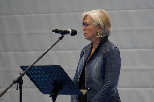 Ursula Rothausen (Kursleitungsteam) verabschiedet die Auszubildenden mit Worten zur Professionalisierung. (Foto: AGewiS)
